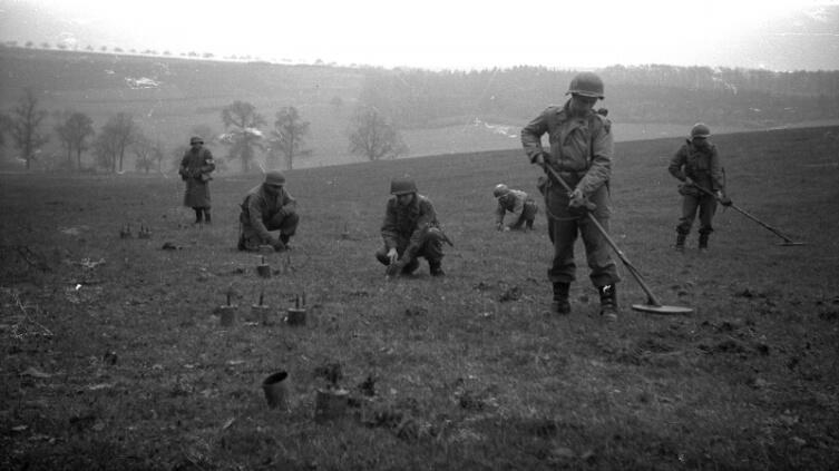 Американские саперы ведут разминирование поля от немецких мин в Люксембурге