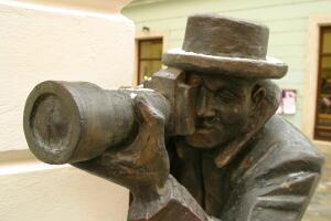 Где стоят памятники фотографу?