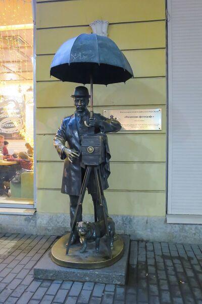 Архитектор Л. В. Домрачева, скульптор Б. А. Петров, «Памятник петербургскому фотографу», 2001 г.