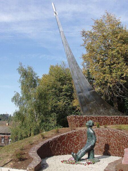 Памятник К. Э. Циолковскому в Боровске (скульптор С. Бычков)