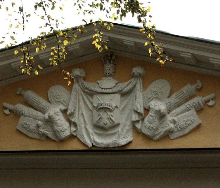 Герб рода Хитрово на фронтоне
