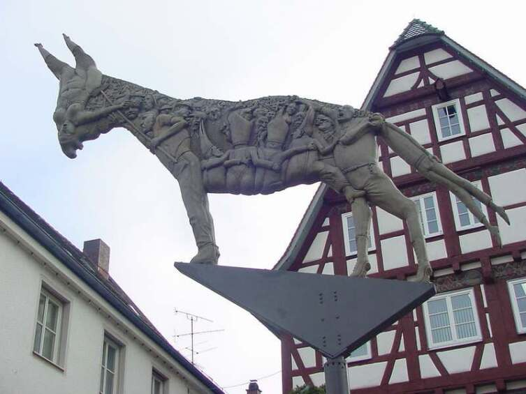 Спор из-за тени осла. Скульптура на рыночной площади г. Биберах-ан-дер-Рис