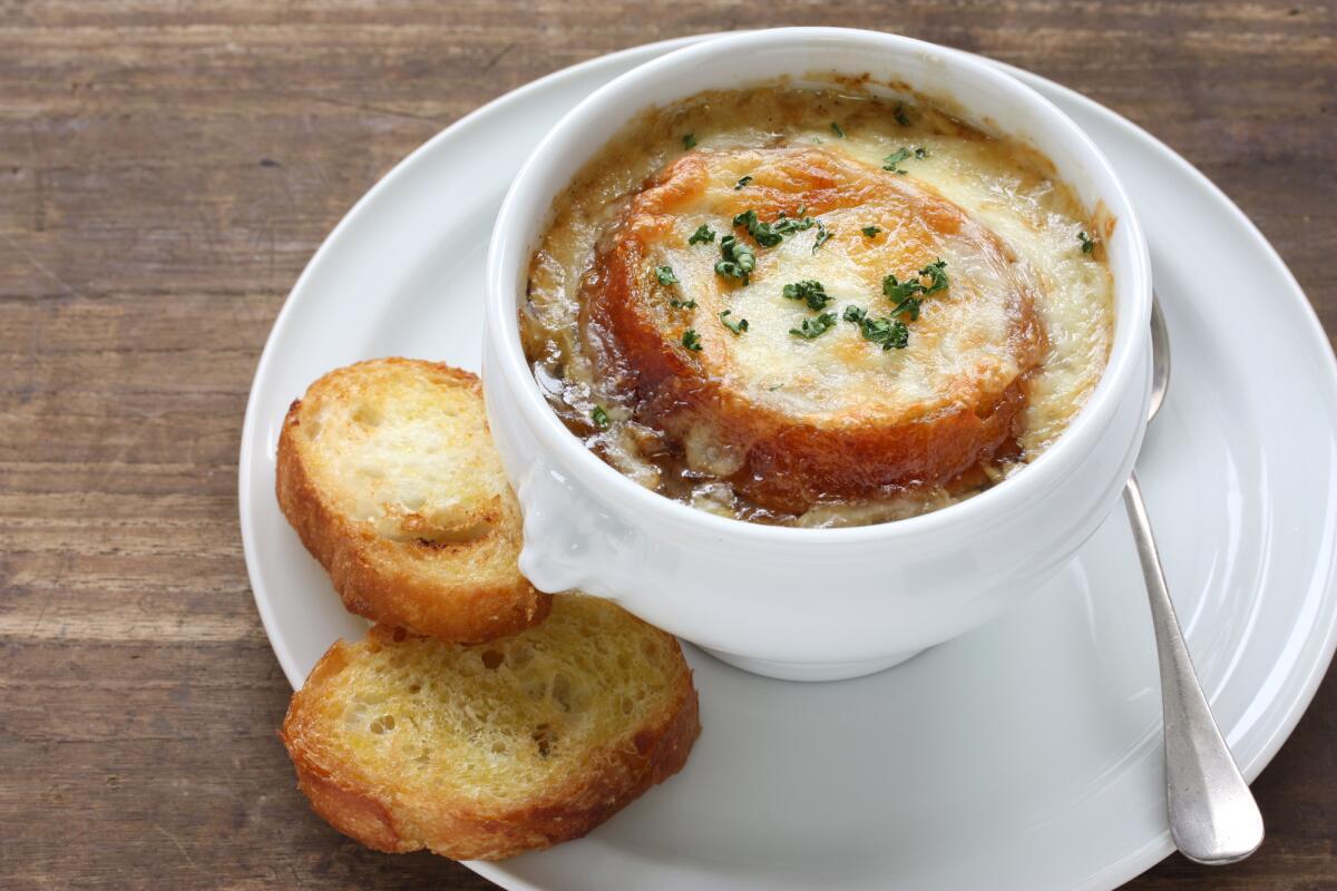 Как приготовить настоящий французский луковый суп?