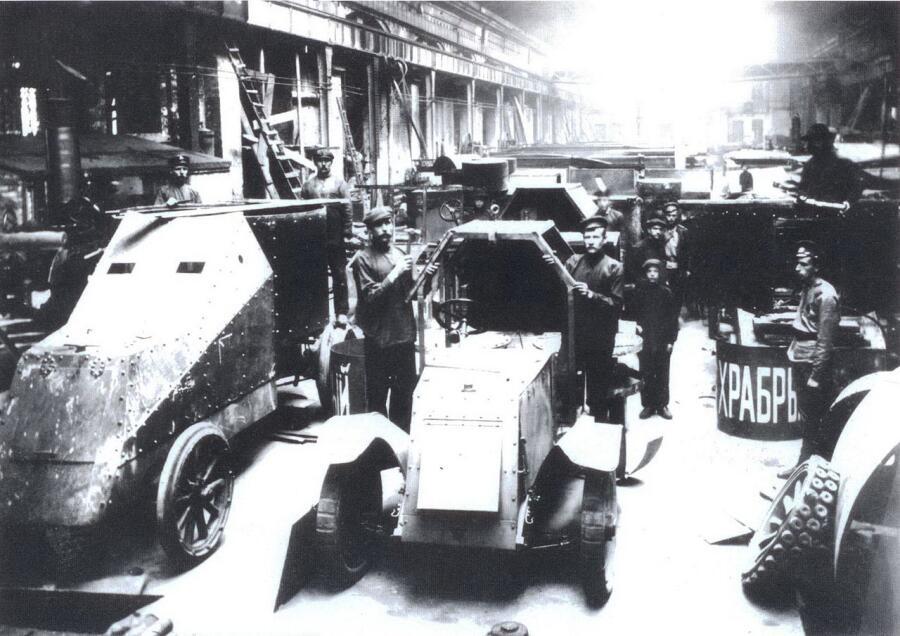 «Остины» бронируются на Ижорском заводе. Слева Мгебров-Уайт