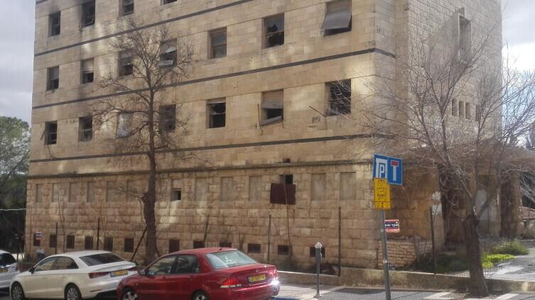 Теория разбитых стёкол универсальна. Здание бывшего управления строительной компании в Иерусалиме