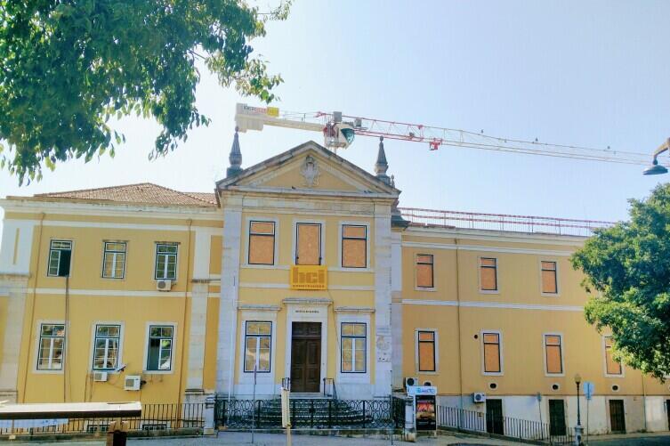 Реставрация здания Военно-морской медицинской академии в Лиссабоне. Окна уже закрыты.