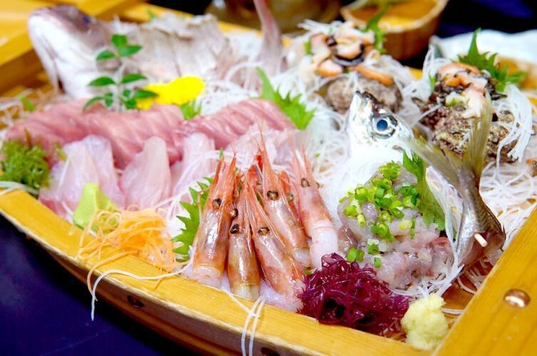Сырые морепродукты с овощами