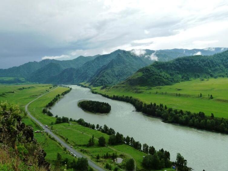 Вид на Катунь с вершины одной из гор