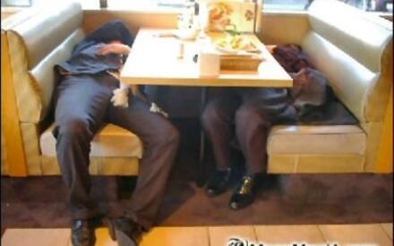 Японские клерки в изнеможении после трудового дня