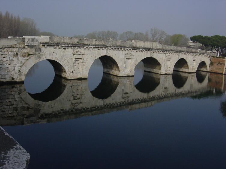 Ponte de Tiberio в Римини.