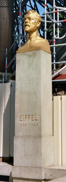 Бюст Эйфеля у подножия Эйфелевой башни.