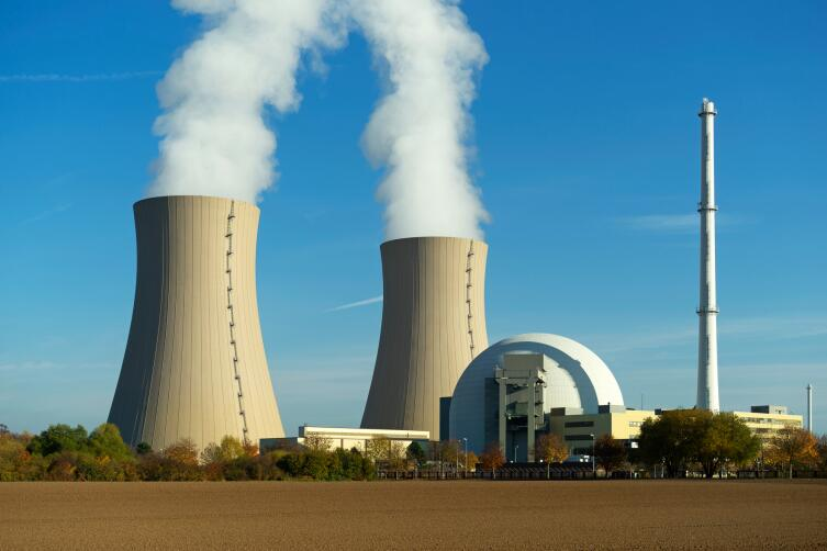 Атомная электростанция на фоне неба