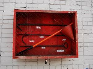 Для чего нужно ведро с треугольным днищем на пожарном щите?