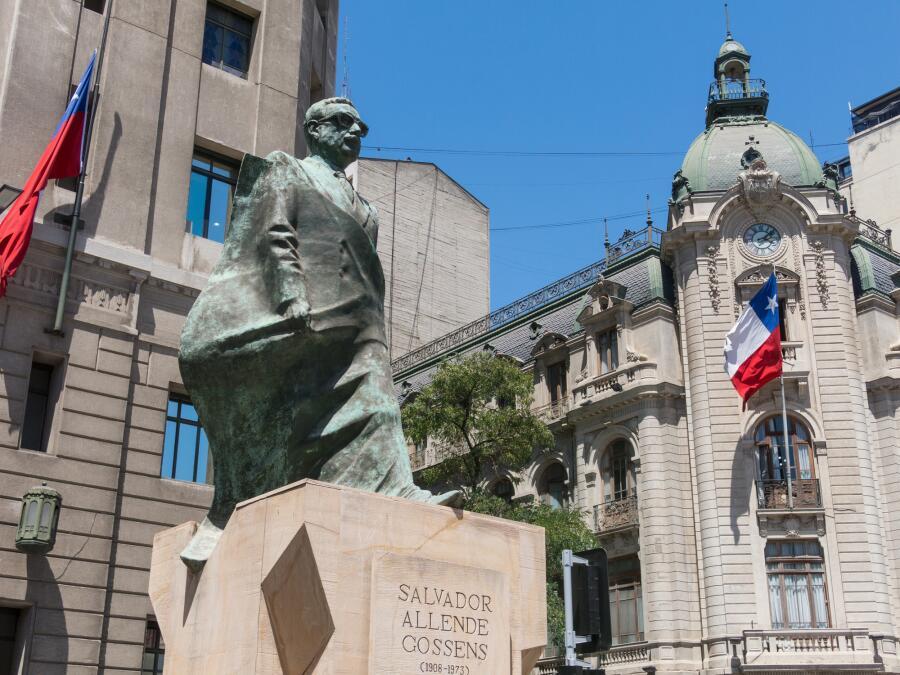 Памятник С. Альенде перед дворцом «Ла Монеда» в Сантьяго. Чили