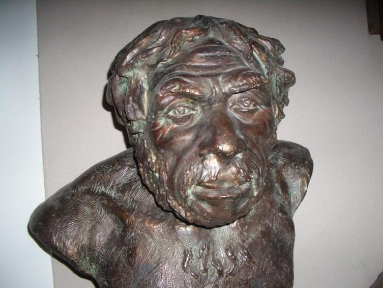 «Классический» неандерталец из грота Ля Шапель-о-Сен в реконструкции М. М. Герасимова (Государственный исторический музей, Москва)