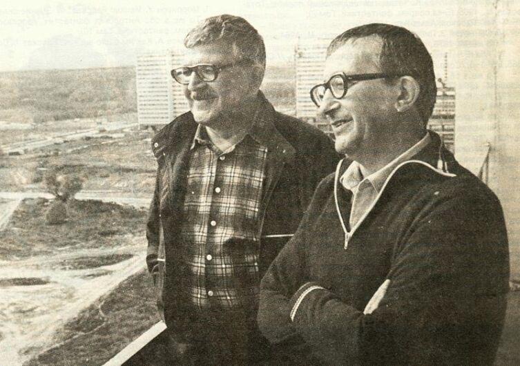 Аркадий и Борис Стругацкие на балконе московской квартиры Аркадия Стругацкого. 1980-е годы