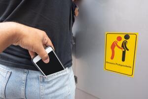 Мужчины часто кладут бумажники в задний карман брюк, считая, что их ягодицы настолько чувствительны, что сразу почувствуют руки вора. Зря!