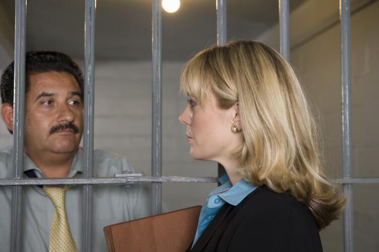 Поможет ли адвокат, если вы под следствием по уголовному делу?