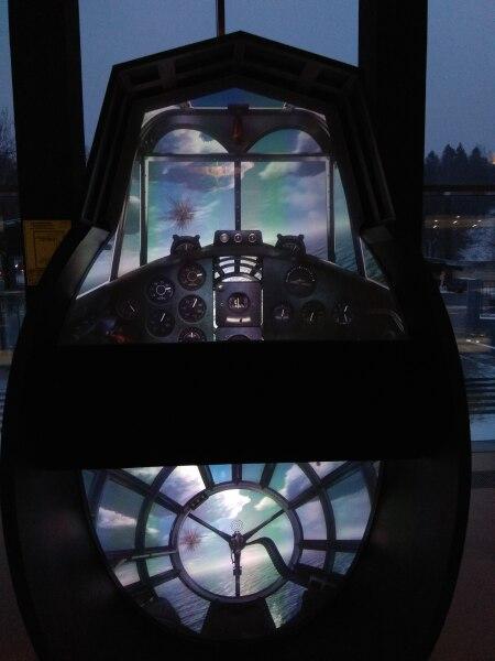 За стеклом кабины пилота— все движется, идет воздушный бой