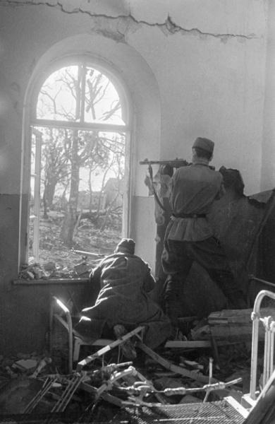 Советские бойцы ведут огонь из оконного проема в доме северо-восточнее Туапсе