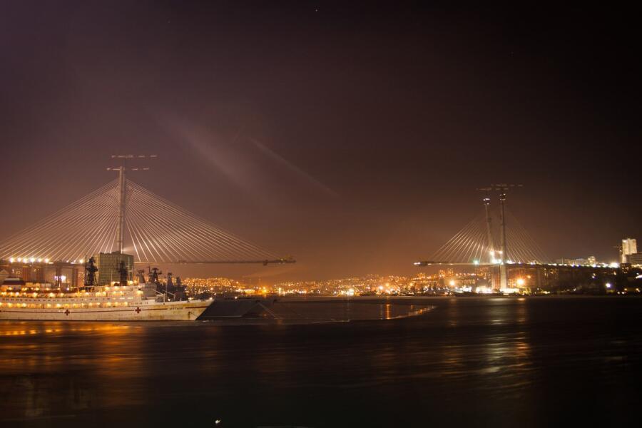 Строительство моста через бухту Золотой Рог во Владивостоке