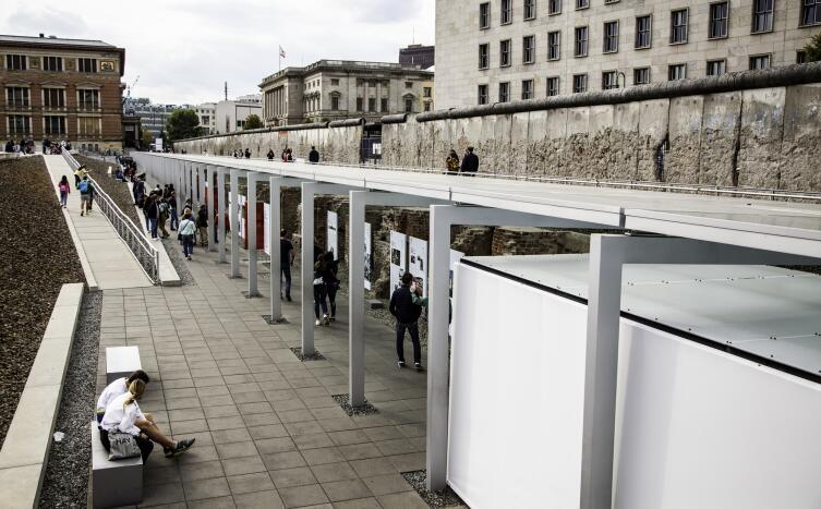 08 сентября 2019 года: Люди у мемориала Берлинской стены в Берлине, Германия