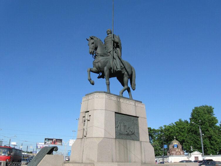 Памятник Александру Невскому в Санкт-Петербурге на площади Александра Невского перед Александро-Невской лаврой