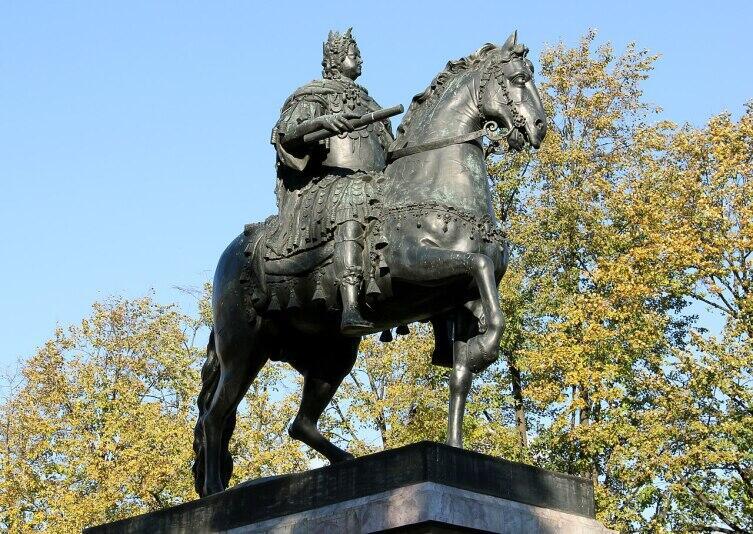 Памятник Петру I перед Михайловским замком в Петербурге