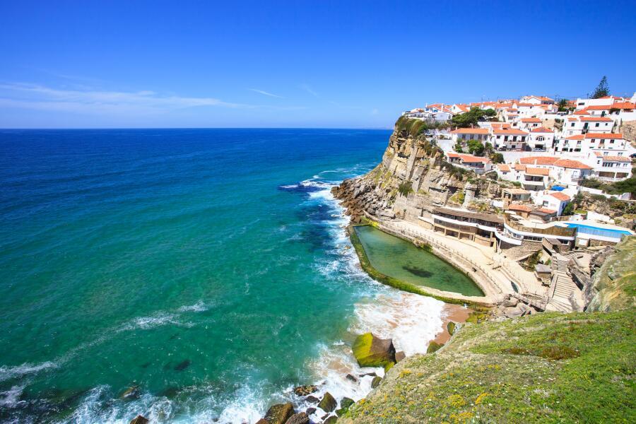 Манящие океанские просторы, вид с побережья Португалии