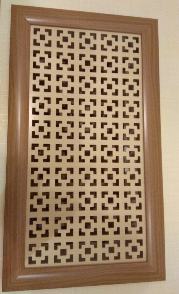 Пример устройства дверцы из МДФ-профиля и перфорированной панели ХДФ. Не хватает только ручки.