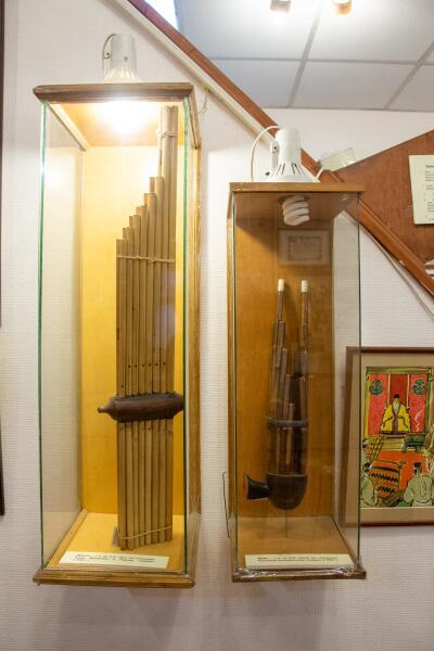 Древний китайский инструмент шэн (справа)