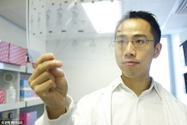Пол Ли с результатами ПЭТ-сканирования