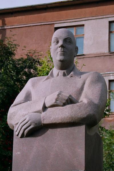 Памятник академику АН СССР А. Е. Ферсману в центре города Апатиты