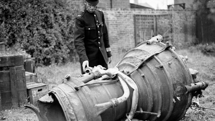 Полицейский осматривает камеру сгорания ракеты Фау-2, упавшей на район Лондона Ист Хэм