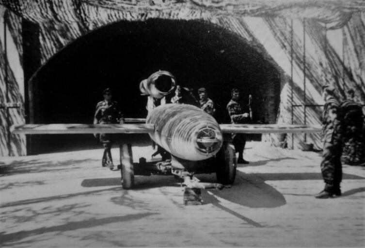 Немецкие солдаты у ракеты «Фау-1» перед бункером-укрытием