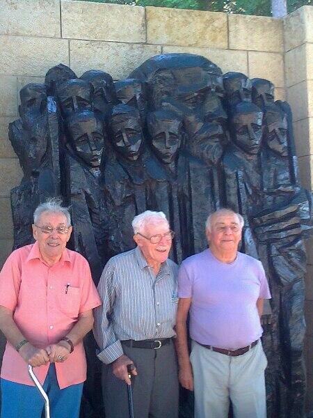 Бывшие воспитанники Дома сирот на церемонии памяти Януша Корчака в мемориале Яд ва-Шем. Справа художник Ицхак Бельфер. Август 2012 г.