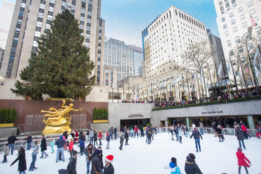Рождественский каток перед Рокфеллеровским центром в Нью-Йорке