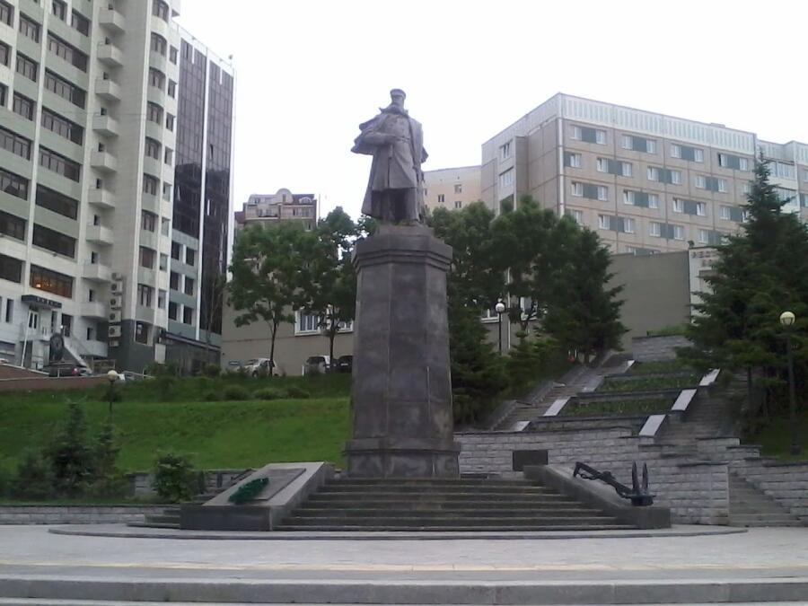 Памятник С. О. Макарову во Владивостоке