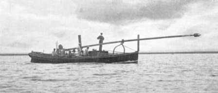 Паровой минный катер с шестовой миной в походном положении