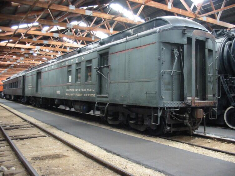 Почтовый вагон № 1923, курсировавший по железной дороге «Чикаго, Берлингтон и Куинси». Хранится в Железнодорожном музее Иллинойса