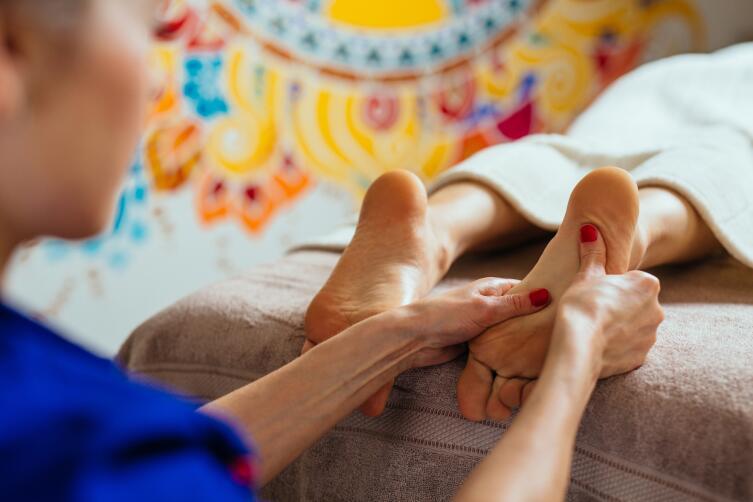 Как делается массаж стоп?