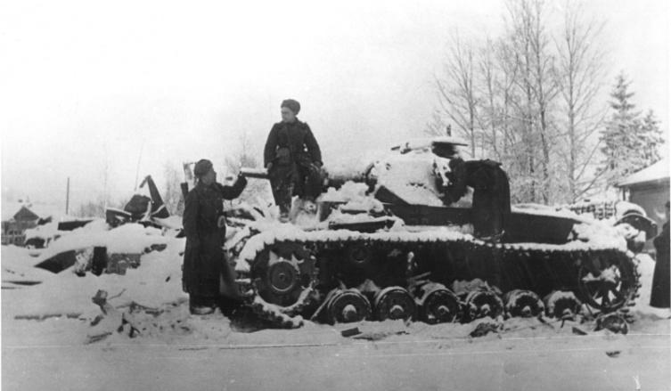 Красноармейцы осматривают немецкий танк Pz.Kpfw. III, захваченный в деревне Крюково под Москвой