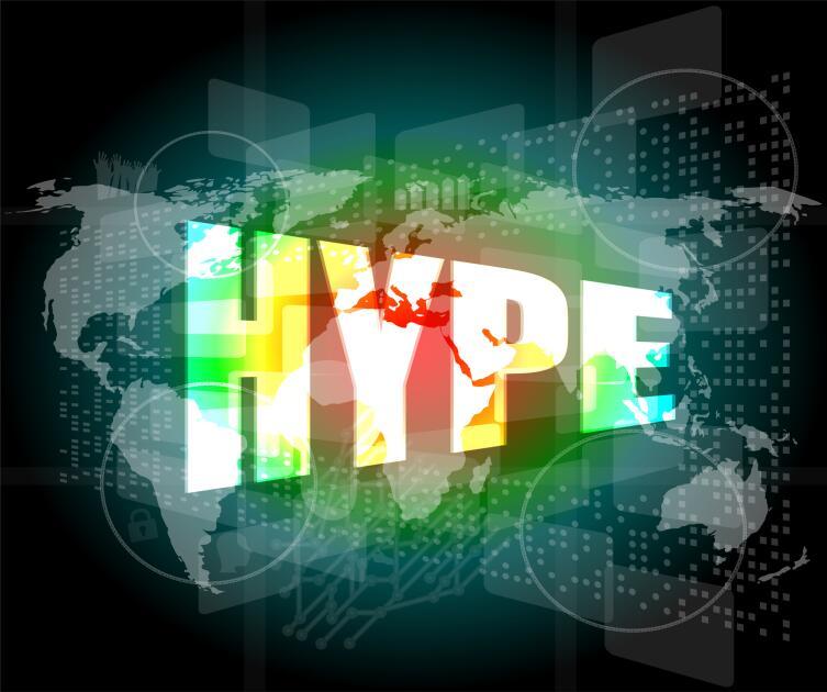 Надпись слова «хайп» на английском языке заглавными буквами на фоне карты мира