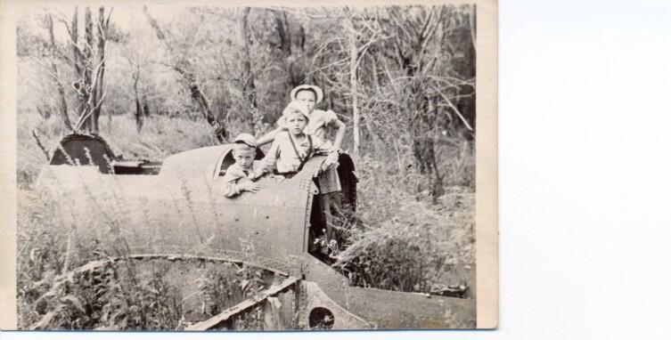 В сбитом советском самолёте. Окрестности Сталинграда. Остров «Голодный», 1958−59 гг.