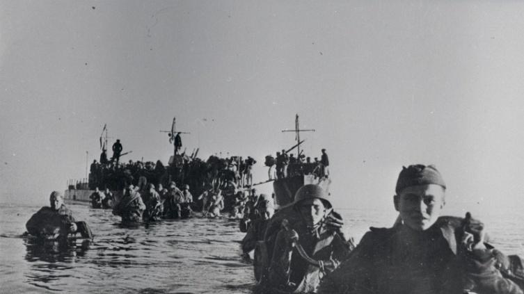 Бойцы 109-й стрелковой дивизии высаживаются на острове Сааремаа, 1944 г.
