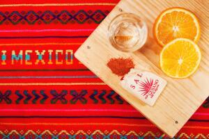 Некоторые виды мескаля, особенно поставляющиеся за границу, продаются в бутылках, к горлышку которых привязан маленький мешочек...