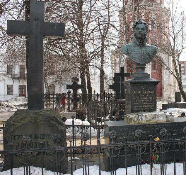 Могила Д. В. Давыдова на кладбище Новодевичьего монастыря