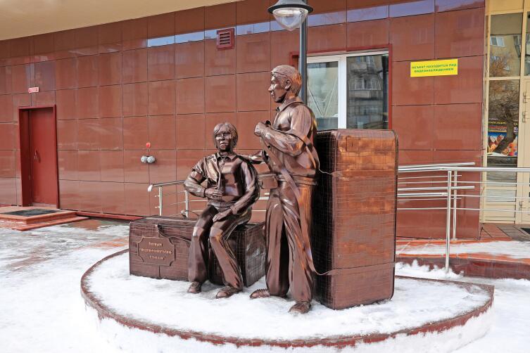 Памятник первым предпринимателям - челнокам в Бердске, Новосибирская область, Россия