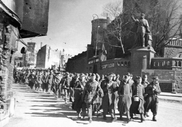 Колонна немецких военнопленных проходит у памятника Вильгельму I в захваченном Кёнигсберге