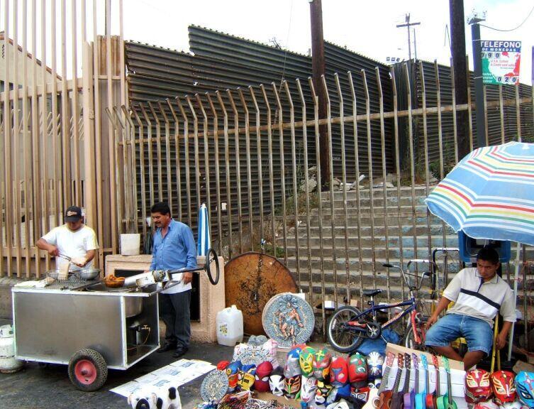 Американо-мексиканская стена возле пешеходного перехода через границу в городе Тихуана